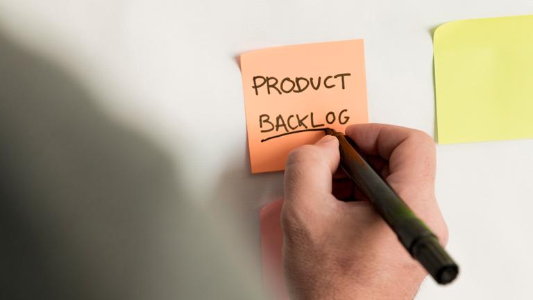 Conhecida também como Metodologia Ágil, o Scrum é um processo que visa otimizar a criação e o desenvolvimento de produtos, serviços e outras demandas. É o que se chama de framework, termo utilizado na programação, onde, através de códigos e comandos variados, é possível criar um fluxo contínuo e mais ligeiro de procedimentos. O grande objetivo da técnica é enxugar demandas que usualmente exigem passos complexos.